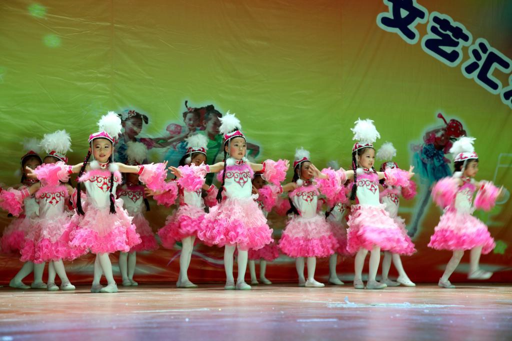 """幼儿园举办庆祝""""六一""""儿童节文艺汇演"""