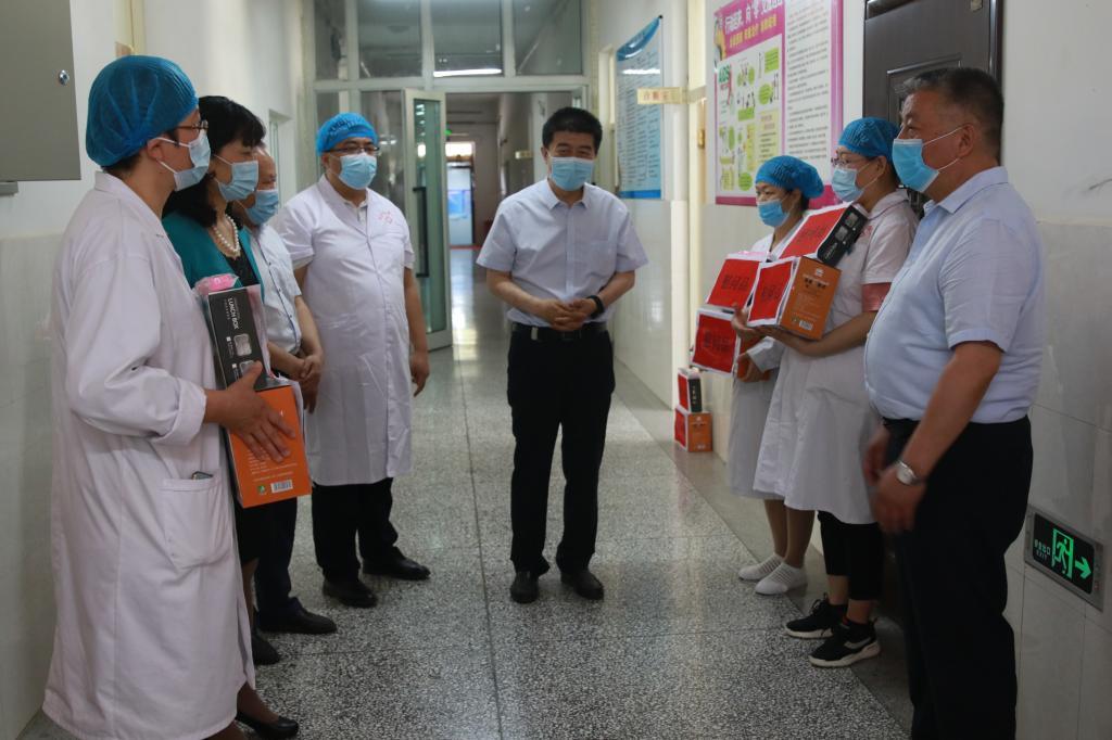国际护士节:校领导看望慰问医务人员