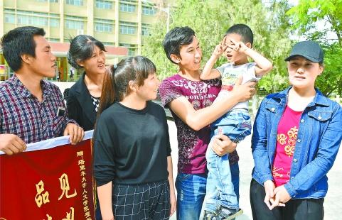 【新疆日报头版】塔里木大学三名学生勇救落水儿童——